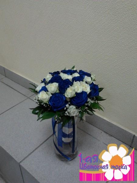 Букет невесты из белых роз и синих цветов