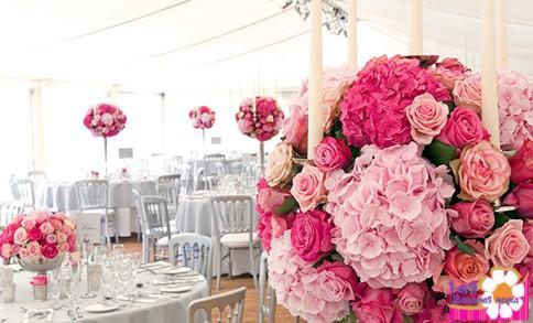 Цветы на свадебном столе молодоженов и гостей