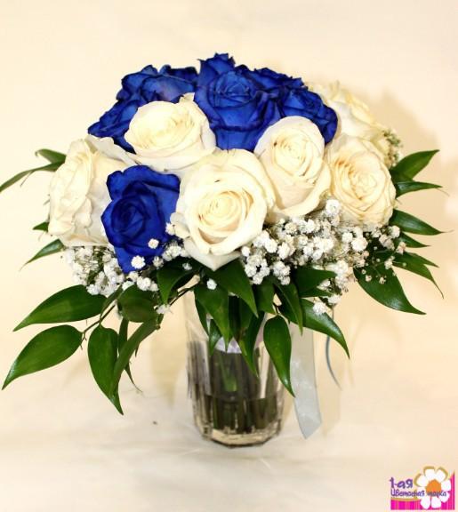Букет из белых и синих цветов